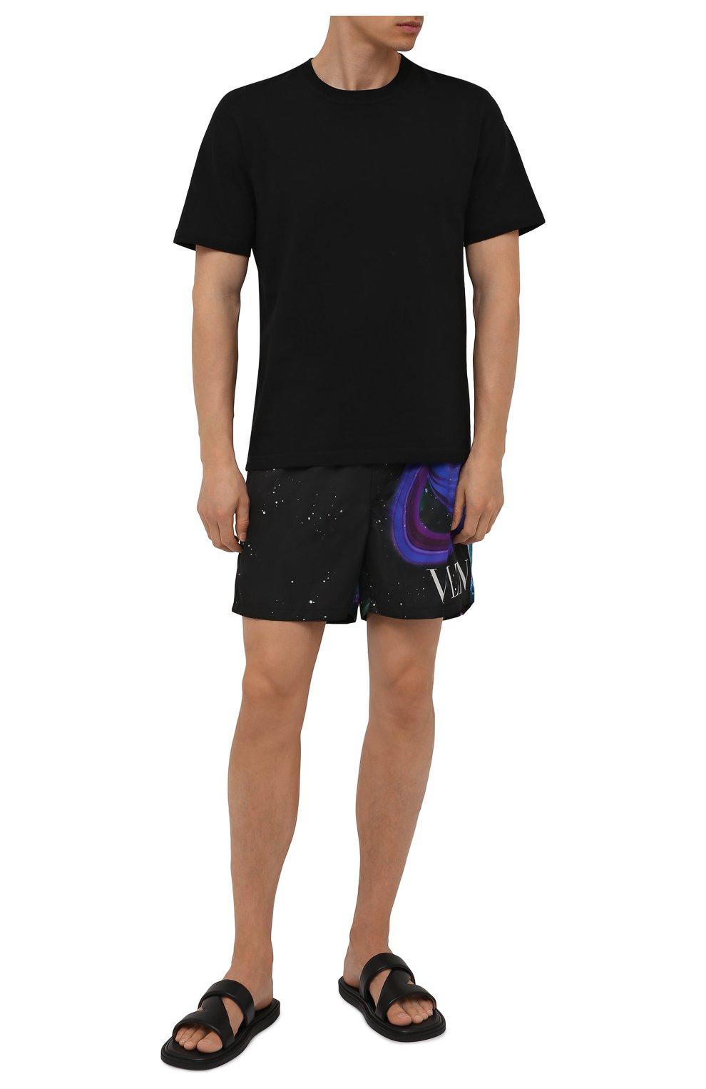 Мужские плавки-шорты VALENTINO черного цвета, арт. WV3UH0287MU | Фото 2 (Материал внешний: Синтетический материал; Принт: С принтом; Мужское Кросс-КТ: плавки-шорты)