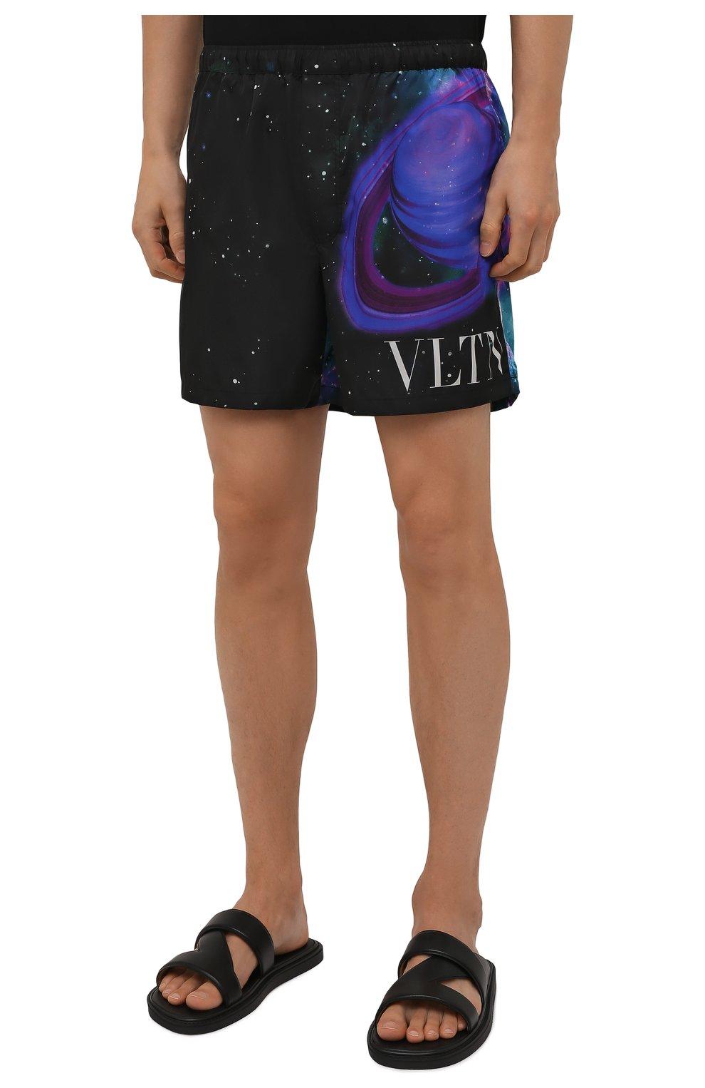 Мужские плавки-шорты VALENTINO черного цвета, арт. WV3UH0287MU | Фото 3 (Материал внешний: Синтетический материал; Принт: С принтом; Мужское Кросс-КТ: плавки-шорты)