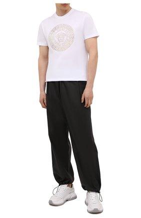 Мужская хлопковая футболка VERSACE белого цвета, арт. 1001619/1A01263 | Фото 2 (Материал внешний: Хлопок; Длина (для топов): Стандартные; Рукава: Короткие; Принт: С принтом; Стили: Кэжуэл)