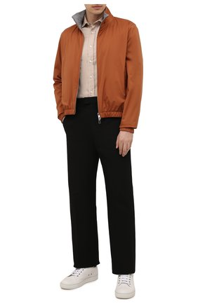 Мужская хлопковая рубашка BRUNELLO CUCINELLI светло-бежевого цвета, арт. MW6043029 | Фото 2 (Материал внешний: Хлопок; Рукава: Длинные; Принт: Однотонные; Воротник: Акула; Случай: Повседневный; Манжеты: На пуговицах; Стили: Кэжуэл; Длина (для топов): Стандартные)