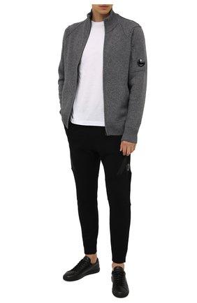 Мужской шерстяной кардиган C.P. COMPANY темно-серого цвета, арт. 11CMKN090A-005504A | Фото 2 (Длина (для топов): Стандартные; Материал внешний: Шерсть; Рукава: Длинные; Мужское Кросс-КТ: Кардиган-одежда; Стили: Гранж)
