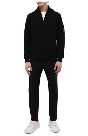 Мужской шерстяной свитер C.P. COMPANY черного цвета, арт. 11CMKN089A-005504A | Фото 2 (Материал внешний: Шерсть; Мужское Кросс-КТ: Свитер-одежда; Стили: Гранж; Принт: Без принта; Рукава: Длинные; Длина (для топов): Стандартные)