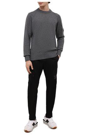 Мужской шерстяной свитер C.P. COMPANY темно-серого цвета, арт. 11CMKN087A-005504A | Фото 2 (Материал внешний: Шерсть; Рукава: Длинные; Длина (для топов): Стандартные; Мужское Кросс-КТ: Свитер-одежда; Стили: Кэжуэл; Принт: Без принта)