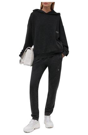 Женские хлопковые джоггеры DANIILBERG серого цвета, арт. DBFW2016 | Фото 2 (Материал внешний: Хлопок; Длина (брюки, джинсы): Стандартные; Стили: Спорт-шик; Кросс-КТ: Трикотаж; Женское Кросс-КТ: Джоггеры - брюки, Брюки-спорт; Силуэт Ж (брюки и джинсы): Джоггеры)
