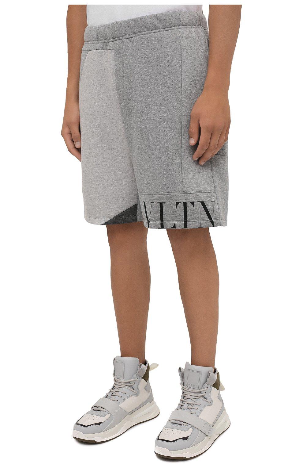 Мужские шорты VALENTINO светло-серого цвета, арт. WV3MD02Y7CV   Фото 3 (Длина Шорты М: До колена; Материал внешний: Синтетический материал; Принт: С принтом; Кросс-КТ: Трикотаж; Стили: Спорт-шик)
