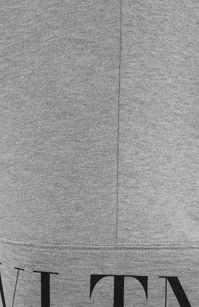 Мужские шорты VALENTINO светло-серого цвета, арт. WV3MD02Y7CV   Фото 5 (Длина Шорты М: До колена; Материал внешний: Синтетический материал; Принт: С принтом; Кросс-КТ: Трикотаж; Стили: Спорт-шик)