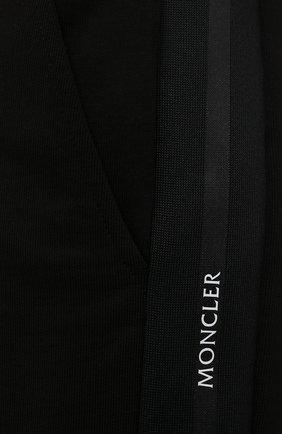 Мужские хлопковые шорты MONCLER черного цвета, арт. G2-091-8H000-12-809KR | Фото 5 (Длина Шорты М: До колена; Принт: Без принта; Кросс-КТ: Трикотаж; Материал внешний: Хлопок; Стили: Спорт-шик)