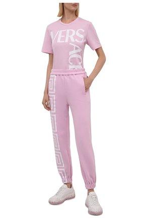 Женские хлопковые джоггеры VERSACE розового цвета, арт. 1001053/1A01174   Фото 2 (Длина (брюки, джинсы): Стандартные; Материал внешний: Хлопок; Женское Кросс-КТ: Джоггеры - брюки, Брюки-спорт; Силуэт Ж (брюки и джинсы): Джоггеры; Стили: Спорт-шик)