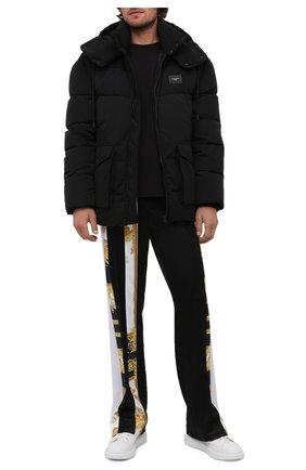 Мужские брюки VERSACE черного цвета, арт. 1001426/1A00679   Фото 2