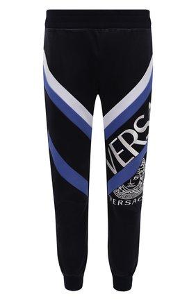 Мужские джоггеры VERSACE темно-синего цвета, арт. 1001425/1A01057 | Фото 1 (Длина (брюки, джинсы): Стандартные; Материал внешний: Хлопок, Синтетический материал; Силуэт М (брюки): Джоггеры; Мужское Кросс-КТ: Брюки-трикотаж; Стили: Спорт-шик)