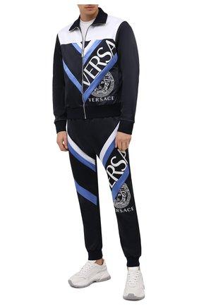 Мужские джоггеры VERSACE темно-синего цвета, арт. 1001425/1A01057 | Фото 2 (Длина (брюки, джинсы): Стандартные; Материал внешний: Хлопок, Синтетический материал; Силуэт М (брюки): Джоггеры; Мужское Кросс-КТ: Брюки-трикотаж; Стили: Спорт-шик)