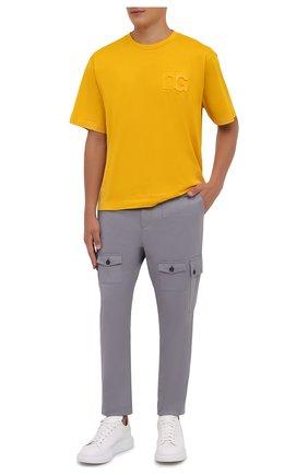 Мужские хлопковые брюки-карго DOLCE & GABBANA серого цвета, арт. GWPCHT/GEU81   Фото 2 (Материал внешний: Хлопок; Длина (брюки, джинсы): Укороченные; Случай: Повседневный; Силуэт М (брюки): Карго; Стили: Кэжуэл)