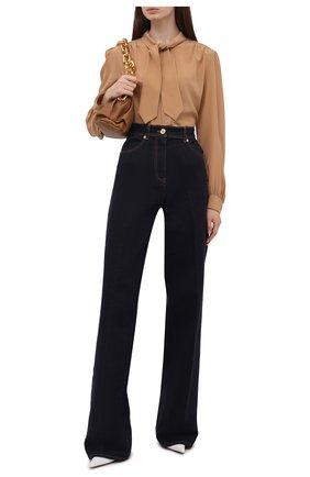 Женские джинсы VERSACE темно-синего цвета, арт. 1001245/1A00909   Фото 2 (Длина (брюки, джинсы): Удлиненные; Материал внешний: Хлопок; Кросс-КТ: Деним; Силуэт Ж (брюки и джинсы): Расклешенные; Стили: Кэжуэл)