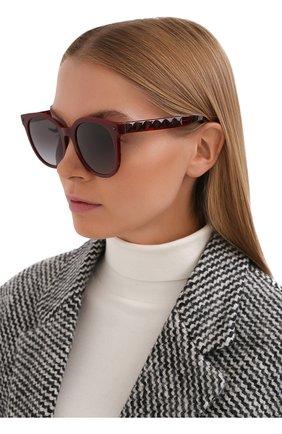 Женские солнцезащитные очки VALENTINO бордового цвета, арт. 4083-51398G | Фото 2 (Тип очков: С/з; Материал: Пластик; Очки форма: Круглые)
