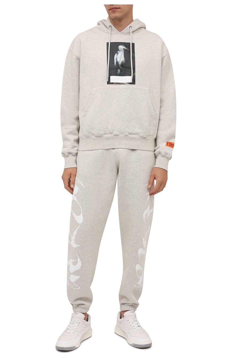 Мужские хлопковые джоггеры HERON PRESTON светло-серого цвета, арт. HMCH024F21JER0010801   Фото 2 (Мужское Кросс-КТ: Брюки-трикотаж; Длина (брюки, джинсы): Стандартные; Материал внешний: Хлопок; Стили: Спорт-шик; Силуэт М (брюки): Джоггеры)