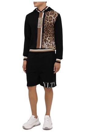 Мужские шорты VALENTINO черного цвета, арт. WV3MD02Y7CV | Фото 2 (Материал внешний: Синтетический материал; Кросс-КТ: Трикотаж; Принт: С принтом; Стили: Спорт-шик; Длина Шорты М: До колена)