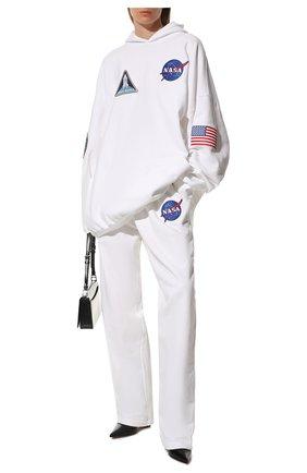 Женские хлопковые брюки BALENCIAGA белого цвета, арт. 641673/TKVD8 | Фото 2 (Материал внешний: Хлопок; Длина (брюки, джинсы): Стандартные; Женское Кросс-КТ: Брюки-одежда; Силуэт Ж (брюки и джинсы): Прямые; Стили: Спорт-шик)