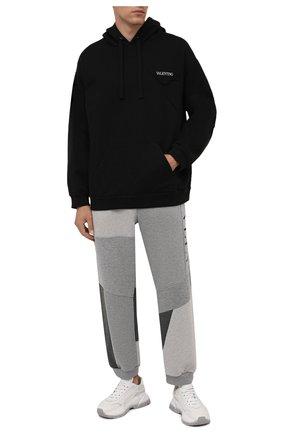 Мужские хлопковые джоггеры VALENTINO светло-серого цвета, арт. WV3MD03A7CW | Фото 2 (Материал внешний: Хлопок; Силуэт М (брюки): Джоггеры; Мужское Кросс-КТ: Брюки-трикотаж; Стили: Спорт-шик; Длина (брюки, джинсы): Стандартные)