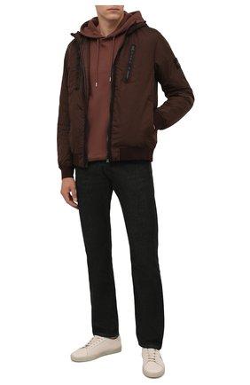 Мужской утепленный бомбер STONE ISLAND коричневого цвета, арт. 751542223 | Фото 2 (Материал внешний: Синтетический материал; Материал подклада: Синтетический материал; Кросс-КТ: Куртка; Принт: Без принта; Длина (верхняя одежда): Короткие; Стили: Кэжуэл; Рукава: Длинные)