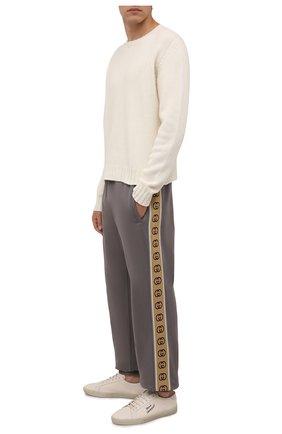 Мужские хлопковые джоггеры GUCCI светло-серого цвета, арт. 630713/XJBUW | Фото 2 (Материал внешний: Хлопок; Силуэт М (брюки): Джоггеры; Мужское Кросс-КТ: Брюки-трикотаж; Стили: Спорт-шик; Длина (брюки, джинсы): Стандартные)