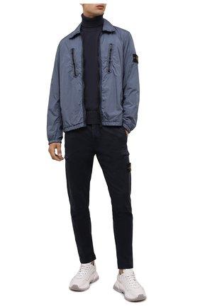 Мужские хлопковые брюки-карго STONE ISLAND темно-синего цвета, арт. 7515321L1 | Фото 2 (Материал внешний: Хлопок; Длина (брюки, джинсы): Стандартные; Случай: Повседневный; Силуэт М (брюки): Карго; Стили: Кэжуэл)