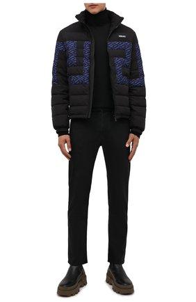 Мужская пуховая куртка VERSACE черного цвета, арт. 1002677/1A01932 | Фото 2 (Рукава: Длинные; Материал внешний: Синтетический материал; Длина (верхняя одежда): Короткие; Материал подклада: Синтетический материал; Материал утеплителя: Пух и перо; Кросс-КТ: Куртка; Мужское Кросс-КТ: пуховик-короткий; Стили: Спорт-шик)
