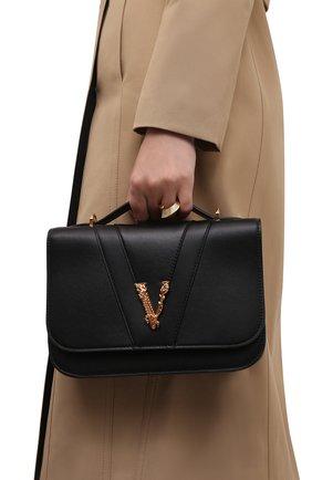 Женская сумка virtus medium VERSACE черного цвета, арт. DBFG985/1A00845   Фото 2 (Размер: medium; Ремень/цепочка: На ремешке; Материал: Натуральная кожа; Сумки-технические: Сумки top-handle)