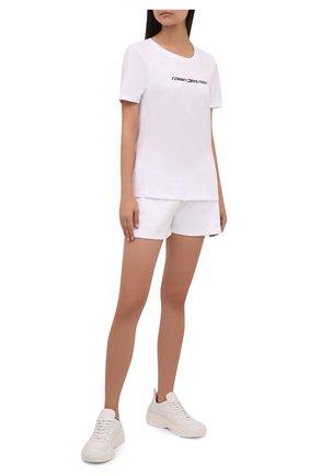 Женская хлопковая футболка TOMMY HILFIGER белого цвета, арт. S10S101016 | Фото 2 (Длина (для топов): Стандартные; Материал внешний: Хлопок; Рукава: Короткие; Стили: Спорт-шик; Принт: С принтом; Женское Кросс-КТ: Футболка-одежда, Футболка-спорт)