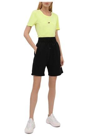 Женская хлопковая футболка TOMMY HILFIGER зеленого цвета, арт. S10S101181 | Фото 2 (Рукава: Короткие; Длина (для топов): Стандартные; Материал внешний: Хлопок; Стили: Спорт-шик; Принт: С принтом; Женское Кросс-КТ: Футболка-одежда, Футболка-спорт)