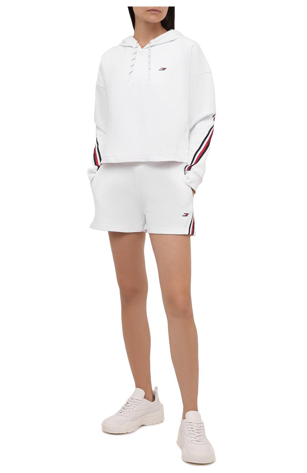 Женские шорты женские TOMMY HILFIGER белого цвета, арт. S10S101044   Фото 2 (Женское Кросс-КТ: Шорты-одежда; Длина Ж (юбки, платья, шорты): Мини; Материал внешний: Хлопок; Стили: Спорт-шик)