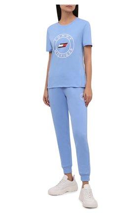 Женская хлопковая футболка TOMMY HILFIGER голубого цвета, арт. S10S101046 | Фото 2 (Материал внешний: Хлопок; Рукава: Короткие; Длина (для топов): Стандартные; Стили: Спорт-шик; Принт: С принтом; Женское Кросс-КТ: Футболка-одежда, Футболка-спорт)