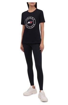 Женская хлопковая футболка TOMMY HILFIGER темно-синего цвета, арт. S10S101046 | Фото 2 (Рукава: Короткие; Материал внешний: Хлопок; Длина (для топов): Стандартные; Стили: Спорт-шик; Принт: С принтом; Женское Кросс-КТ: Футболка-одежда, Футболка-спорт)