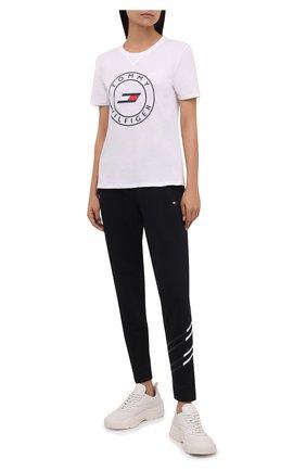 Женская хлопковая футболка TOMMY HILFIGER белого цвета, арт. S10S101046 | Фото 2 (Рукава: Короткие; Материал внешний: Хлопок; Длина (для топов): Стандартные; Стили: Спорт-шик; Принт: С принтом; Женское Кросс-КТ: Футболка-одежда, Футболка-спорт)