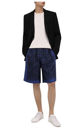 Мужские шелковые шорты VERSACE темно-синего цвета, арт. 1002476/1A01849 | Фото 2 (Материал внешний: Шелк; Материал подклада: Купро; Мужское Кросс-КТ: Шорты-одежда; Принт: С принтом; Длина Шорты М: До колена; Стили: Спорт-шик)