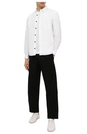 Мужская хлопковая рубашка STONE ISLAND белого цвета, арт. 751512501 | Фото 2 (Манжеты: На пуговицах; Воротник: Кент; Рукава: Длинные; Случай: Повседневный; Длина (для топов): Стандартные; Материал внешний: Хлопок; Принт: Однотонные; Стили: Кэжуэл)