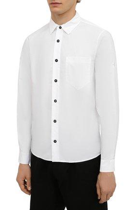 Мужская хлопковая рубашка STONE ISLAND белого цвета, арт. 751512501 | Фото 3 (Манжеты: На пуговицах; Воротник: Кент; Рукава: Длинные; Случай: Повседневный; Длина (для топов): Стандартные; Материал внешний: Хлопок; Принт: Однотонные; Стили: Кэжуэл)