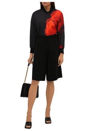 Женская хлопковая рубашка ALEXANDER MCQUEEN разноцветного цвета, арт. 679604/QZAEE   Фото 2 (Длина (для топов): Удлиненные; Материал внешний: Хлопок; Рукава: Длинные; Женское Кросс-КТ: Рубашка-одежда; Принт: С принтом; Стили: Кэжуэл)