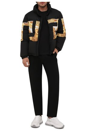 Мужская пуховая куртка VERSACE черного цвета, арт. 1001035/1A00707 | Фото 2 (Материал утеплителя: Пух и перо; Материал внешний: Синтетический материал; Длина (верхняя одежда): Короткие; Материал подклада: Синтетический материал; Рукава: Длинные; Кросс-КТ: Куртка; Мужское Кросс-КТ: пуховик-короткий; Стили: Кэжуэл)