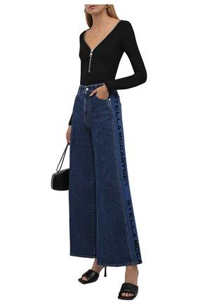 Женские джинсы STELLA MCCARTNEY темно-синего цвета, арт. 603982/S0H51 | Фото 2 (Материал внешний: Хлопок; Длина (брюки, джинсы): Стандартные; Стили: Гламурный; Кросс-КТ: Деним; Силуэт Ж (брюки и джинсы): Расклешенные)