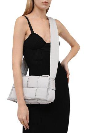 Женская сумка padded tech cassette BOTTEGA VENETA серого цвета, арт. 628951/VB081 | Фото 2 (Материал: Текстиль; Ремень/цепочка: На ремешке; Размер: medium; Сумки-технические: Сумки через плечо)
