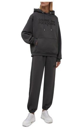 Женские хлопковые джоггеры COMME DES FUCKDOWN темно-серого цвета, арт. CDFD1530 | Фото 2 (Длина (брюки, джинсы): Стандартные; Материал внешний: Хлопок; Стили: Спорт-шик; Женское Кросс-КТ: Джоггеры - брюки, Брюки-спорт; Силуэт Ж (брюки и джинсы): Джоггеры)