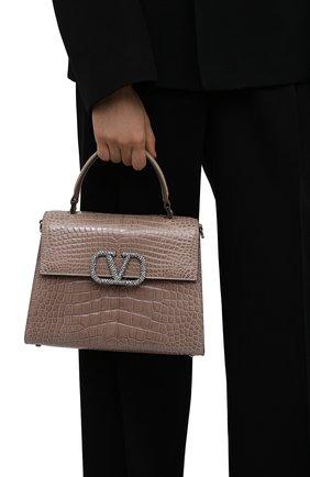 Женская сумка vsling medium из кожи аллигатора VALENTINO темно-бежевого цвета, арт. WW2B0J20/HKF/AMIS | Фото 2 (Ремень/цепочка: На ремешке; Размер: medium; Сумки-технические: Сумки top-handle)