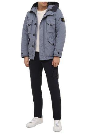 Мужские хлопковые брюки-карго C.P. COMPANY темно-синего цвета, арт. 11CMPA226A-005529G | Фото 2 (Материал внешний: Хлопок; Силуэт М (брюки): Карго; Случай: Повседневный; Стили: Кэжуэл; Длина (брюки, джинсы): Стандартные)