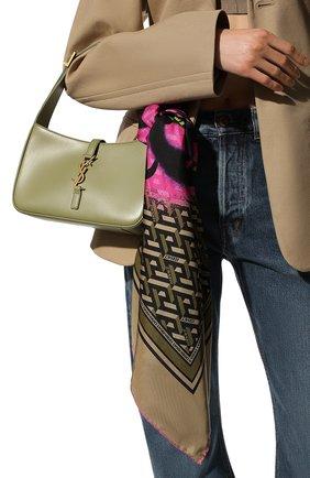 Женский шелковый платок VERSACE темно-бежевого цвета, арт. 1001600/1A01907   Фото 2 (Материал: Шелк, Текстиль)