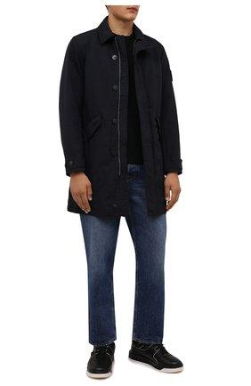 Мужской пуховый плащ STONE ISLAND темно-синего цвета, арт. 751570449 | Фото 2 (Материал подклада: Синтетический материал; Материал утеплителя: Пух и перо; Материал внешний: Синтетический материал; Мужское Кросс-КТ: Плащ-верхняя одежда; Рукава: Длинные; Длина (верхняя одежда): До середины бедра; Стили: Кэжуэл)