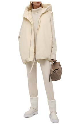 Женские кожаные сапоги rockstud VALENTINO кремвого цвета, арт. WW2S0CX2/HTQ | Фото 2 (Материал внутренний: Натуральная кожа; Подошва: Платформа; Каблук высота: Низкий; Каблук тип: Устойчивый; Высота голенища: Низкие)