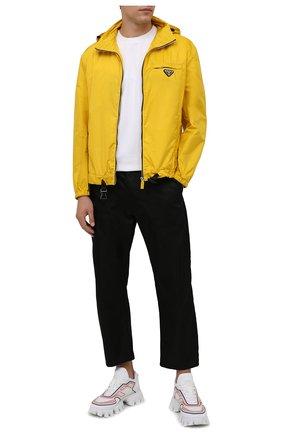 Мужская куртка PRADA желтого цвета, арт. SGB929-1WQ9-F0010-212 | Фото 2 (Материал внешний: Синтетический материал; Кросс-КТ: Куртка, Ветровка; Длина (верхняя одежда): Короткие; Стили: Спорт-шик)