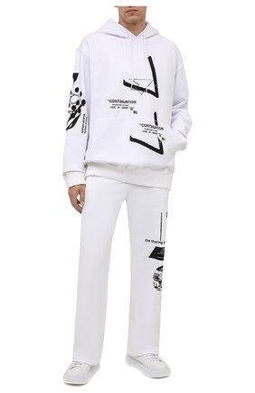 Мужские хлопковые брюки PRADA белого цвета, арт. UJP179-1YWV-F0964-211   Фото 2 (Материал внешний: Хлопок; Мужское Кросс-КТ: Брюки-трикотаж; Случай: Повседневный; Стили: Спорт-шик)
