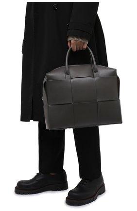 Мужская кожаная сумка для ноутбука arco BOTTEGA VENETA светло-серого цвета, арт. 620633/VB1K0   Фото 2 (Ремень/цепочка: На ремешке; Материал: Натуральная кожа)