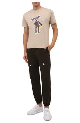 Мужская хлопковая футболка JACQUEMUS бежевого цвета, арт. 216JS109-2310 | Фото 2 (Рукава: Короткие; Материал внешний: Хлопок; Длина (для топов): Стандартные; Принт: С принтом; Стили: Гранж)